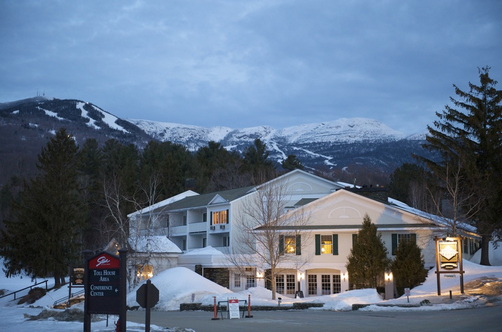 A view of a lodge in Stowe, Vermont at night