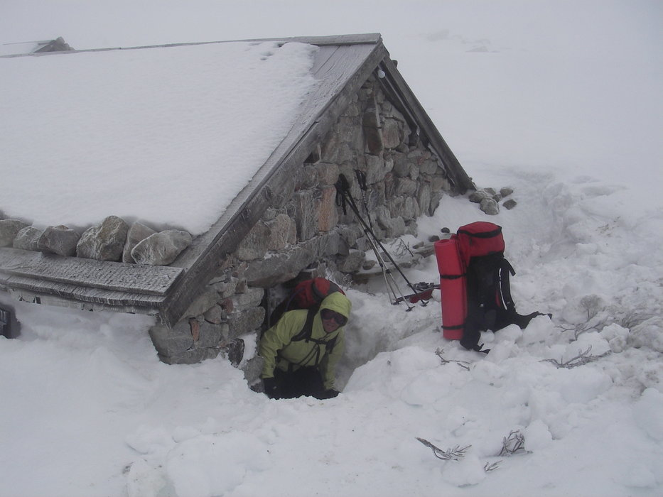 Reaching a snow-covered mountain hut in Corsica.  - ©Montagnes de Corse.