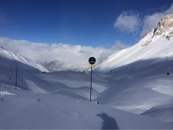 Taken yesterday, groomed over night. Some powder still off piste, a bit scratchy below 1550.