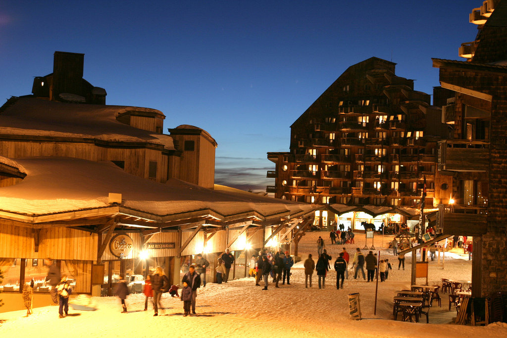 Avoriaz shops at night - ©Matthieu VITRE / Avoriaz Tourisme