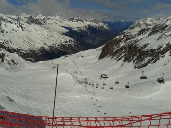 Good skiing on the upper slopes. Lower slopes less good, as one would expect at this time of year.