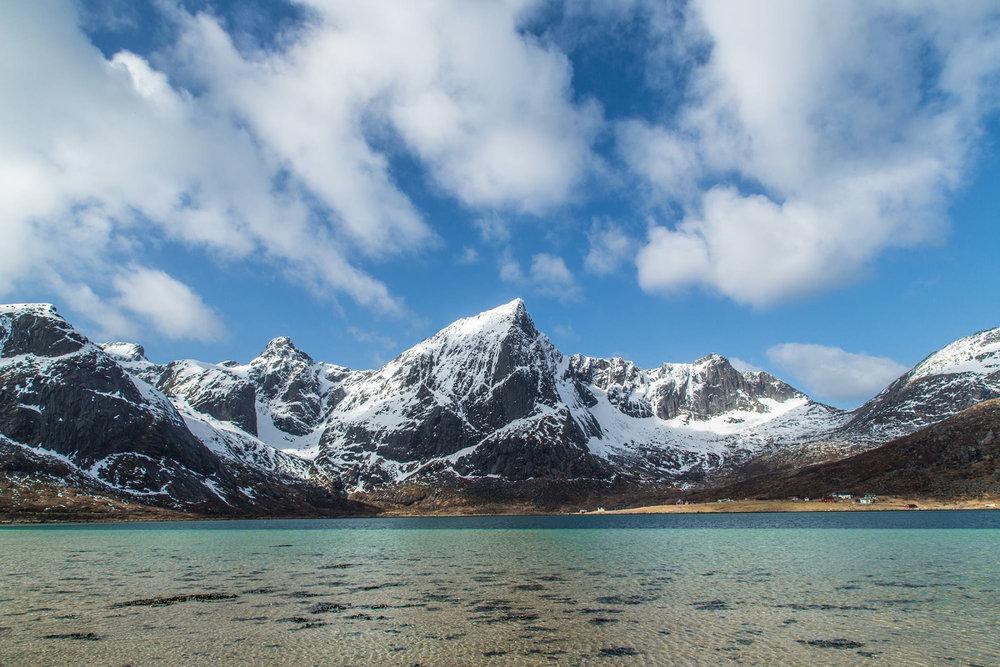 Einfach schön sind die Berge hier. Als hätte man die Alpengipfel abgesägt und im Polarmeer versenkt. - ©WhiteHearts