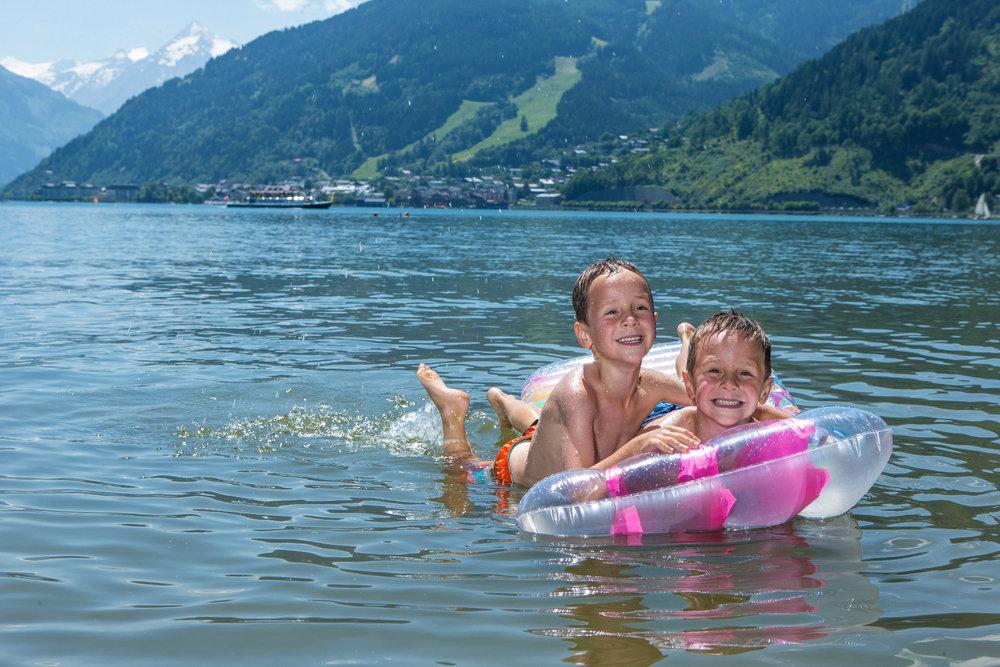 Kids go for a splash in the Zeller See in Kaprun