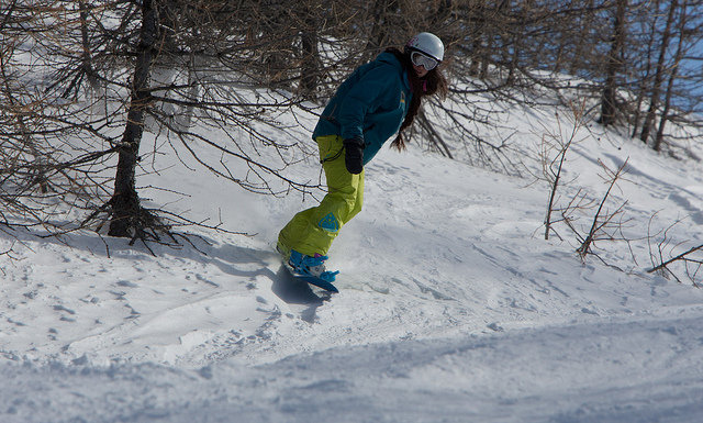 Snowboarding through the trees in Serre Chevalier - ©Serre Che Tourism
