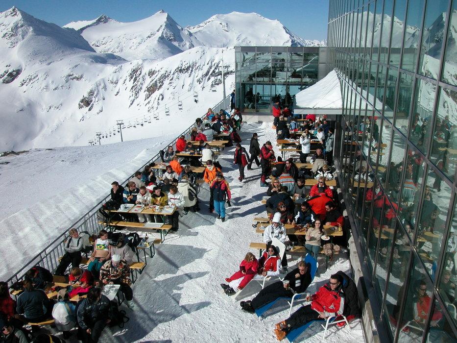 Skiers resting at Flattach Mölltaler