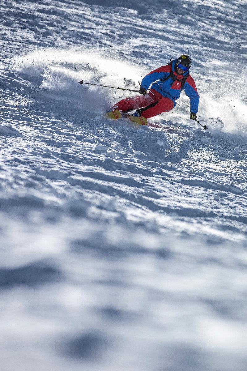 Jochen Reiser zeigt wie es geht: Hüftbreite Skistellung, Gewicht nach vorne, dynamische Kantenwechsel - ©Christoph Jorda   www.christophjorda.com