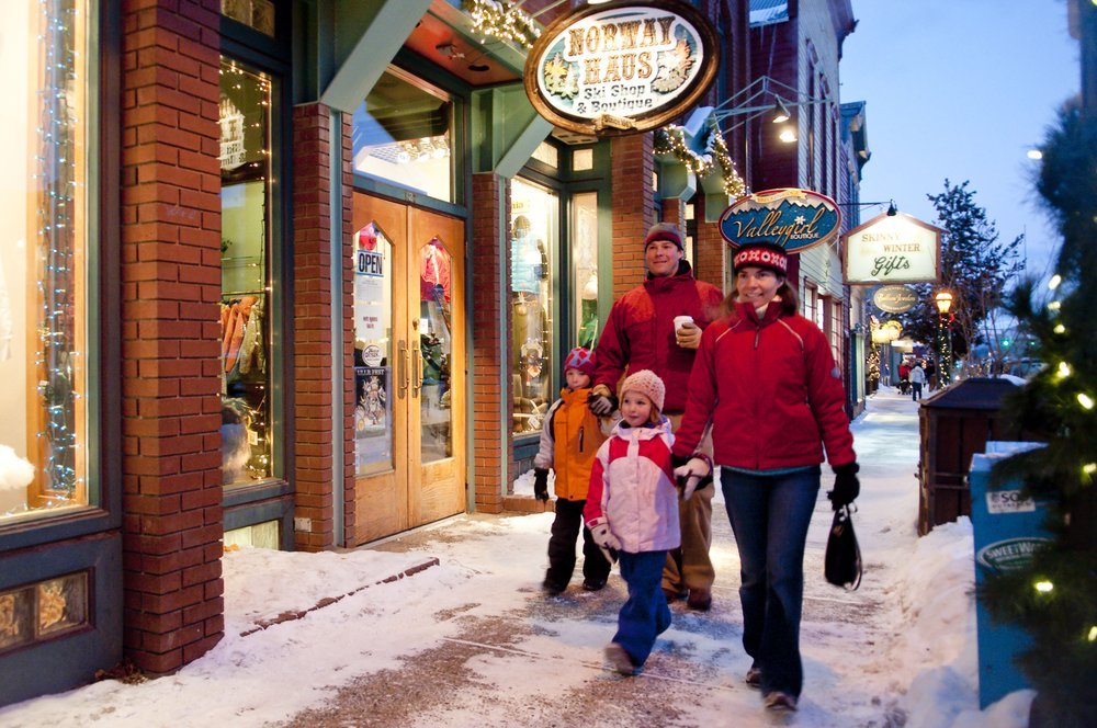 A family shopping during the holidays at Breckenridge, CO. Image by Carl Scofield.