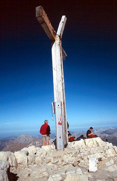 Das Gipfelkreuz auf dem Hochvogel (2592 m).  - ©Bernhard Mühr, weltderberge.de