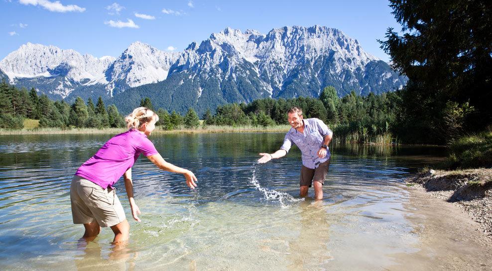 Wasserspaß vor dem Karwendelgebirge - ©Alpenwelt Karwendel