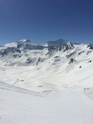 Tignes - Perfect day in Tignes on Cyclamen.  Blue ski and Reds all day long. - ©MarkyBoy