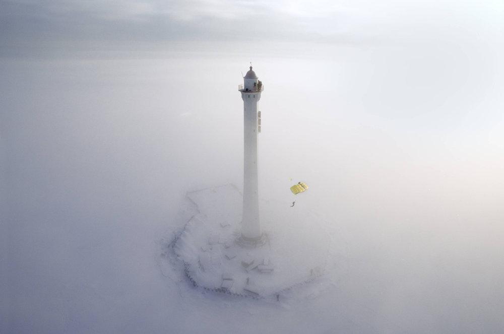 Semen Lazarev fliegt bei St. Petersburg um einen eiskalten Leuchtturm - ©Red Bull Illume | Victor Sukhorukov