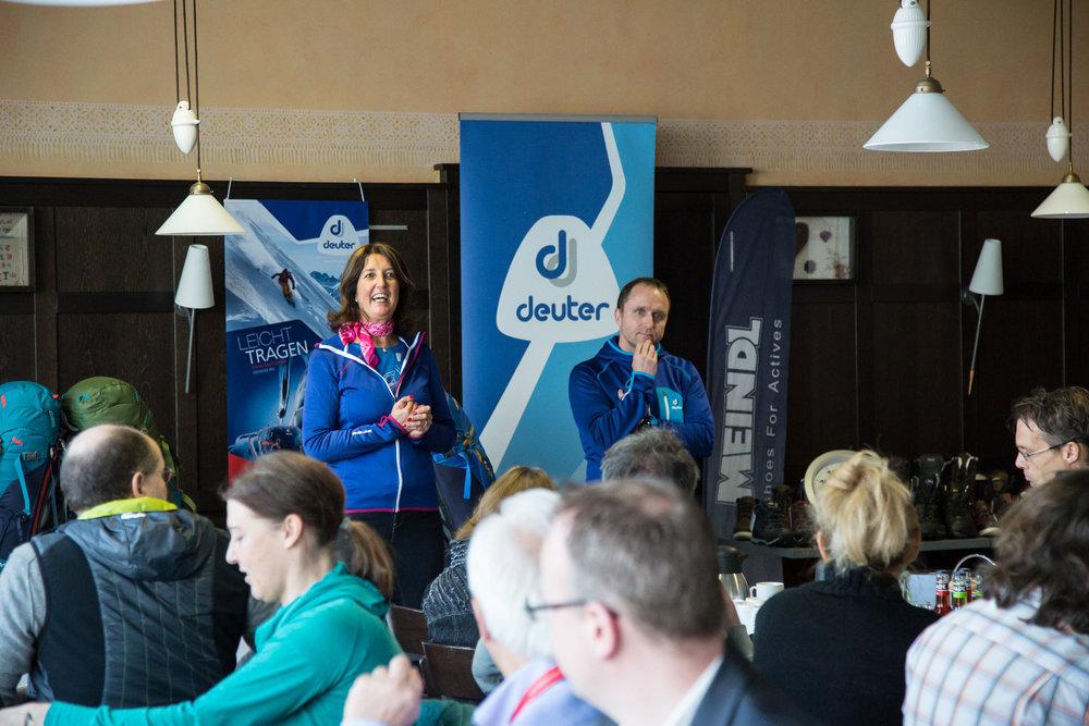 Freudige Begrüßung bei der Pressekonferenz von Leki, Deuter, Meindl und Maier Sports - ©Skiinfo