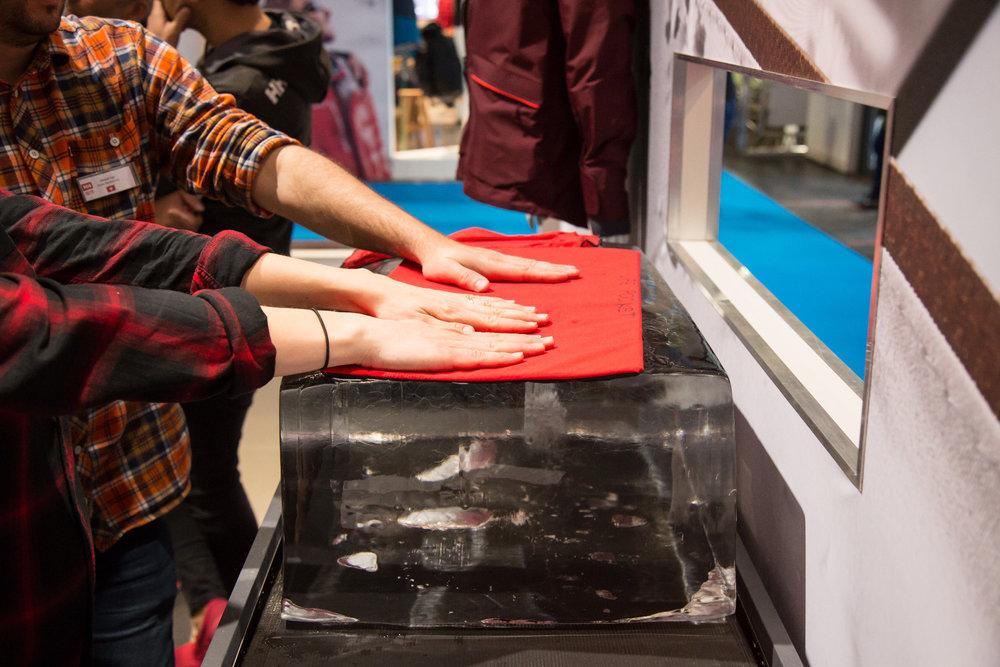 In einigen Helly Hansen Jacken findet sich eine sogenannte Life Pocket, die speziell ausgekleidet ist und das Handy oder andere Akkus vor Kälte zu schützen - ©Skiinfo