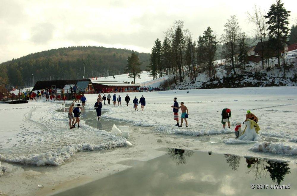 Bikini skiing with Ice Bears - ©J. Meriač | Snowland Valčianska dolina