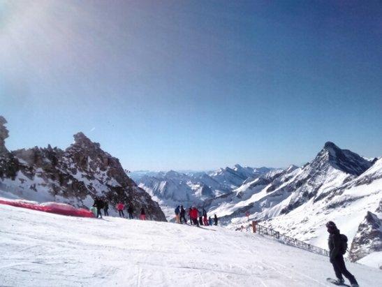 Mayrhofen - Seit dem 13.2.17 Spitzenwetter. Für den wenigen Schnee sind die Pisten 1a präpariert. Ansonsten liegt das Tal hinter dem Mond: keine Kartenzahlung auf den Hütten möglich. WLAN auch nur selten verfügbar.  - ©BöserW