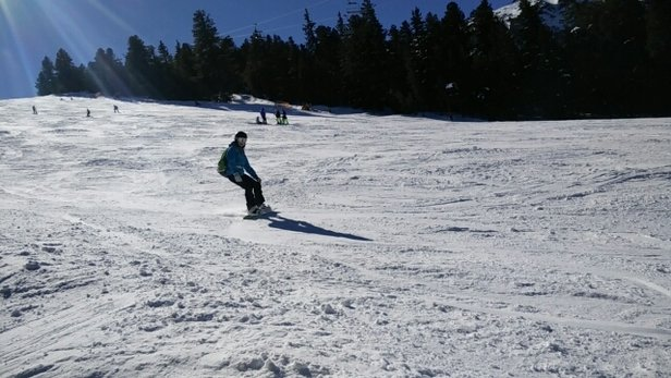 Bansko - No new snow since last weekend. This week was sunny and worm so the snow kind of started to melt on the lower parts but it is still ok to ride. At the very top of the resort there are some areas with rock and grass. Waiting for gondola is tedious. This morning we waited ~1h - ©anonymous