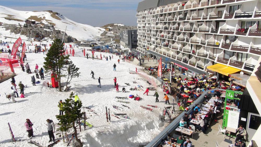 Le front de neige de la Pierre Saint Martin et ses nombreux commerces (bars, restos...) - ©Stéphane GIRAUD-GUIGUES / Skiinfo