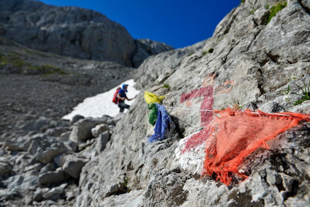 Nepalesische Gebetsfahnen säumen diesen Abschnitt beim Aufstieg zum Gipfel des Hochkönig - ©Norbert Eisele-Hein