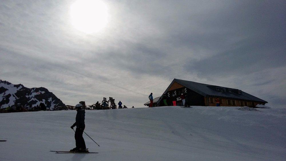 Ulmer Hütte (2288m) jest na tyle wysoko, że wiosną warunki są tam świetne nawet popołudniu. - ©Tomasz Wojciechowski / Skiinfo