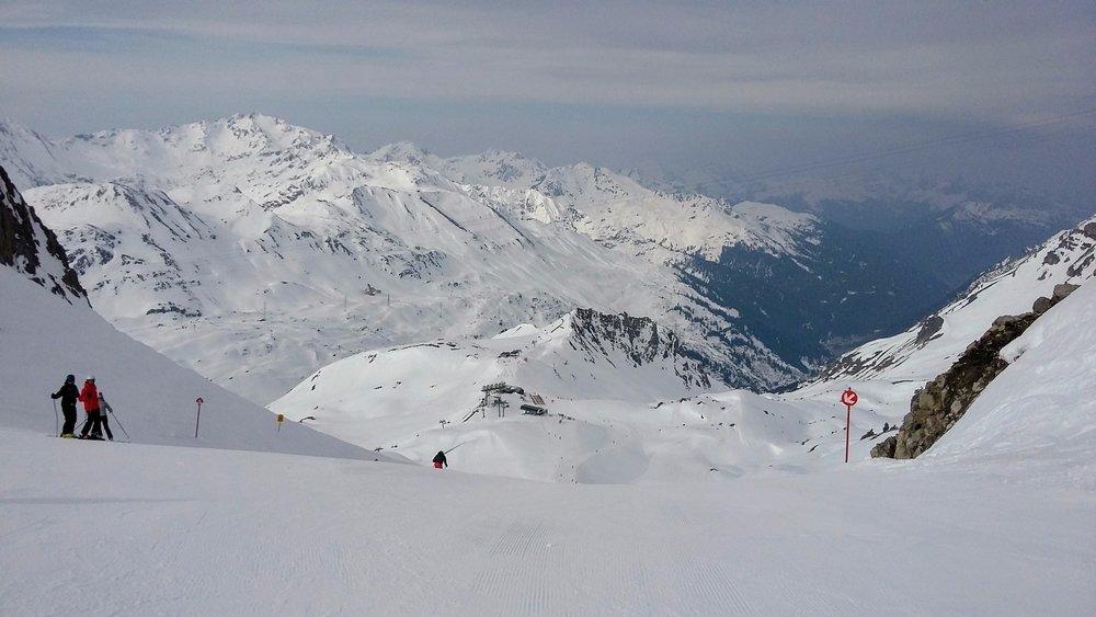 Na červenej trase 85 zo Schindler Spitze sa dobré lyžiarske podmienky držia veľmi dlho - ©Tomasz Wojciechowski / Skiinfo