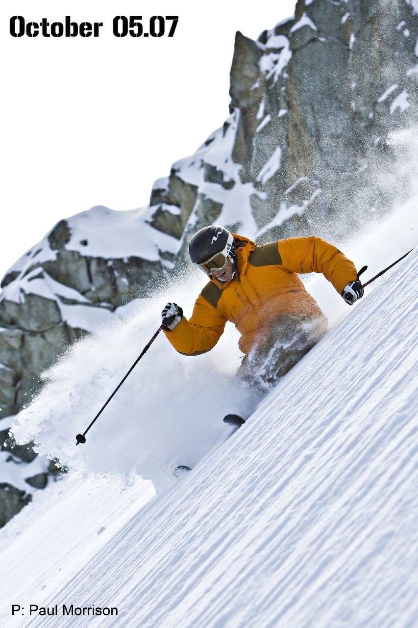 Il freeskier professionista Mike Douglas sfrutta la primissima neve sul ghiacciaio Horstman a Blackcomb, in British Columbia