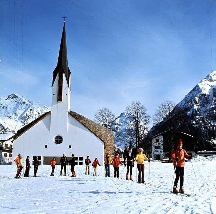 Skiers gahtered before the church for lessons at Gargellen AUT