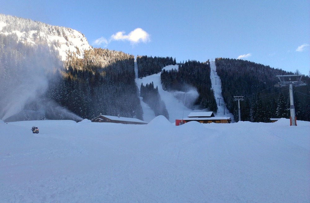 Snow cannons topping up the powder in Alleghe, Veneto. Dec. 8, 2012 - ©Consorzio turistico Belledolomiti