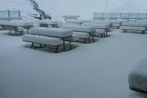 Am Hintertuxer Gletscher gab es in der Nacht zum 30. Juni richtig viel Neuschnee - ©Facebook Hintertuxer Gletscher