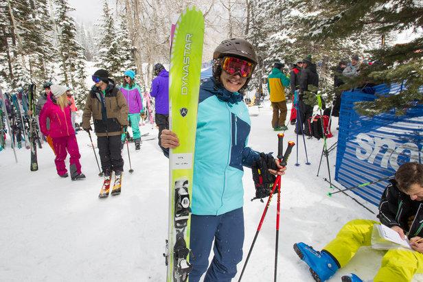 Testovacia jazdkyňa Ali Sibley sa chystá otestovať ďalší pár lyží. - ©Cody Downard Photography