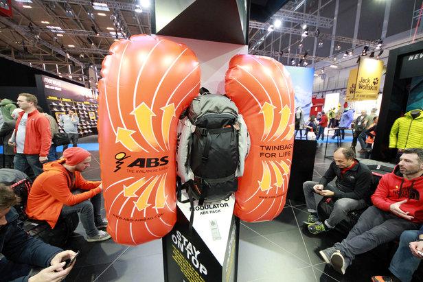 The North Face zeigte auf der ispo ein ABS-Airbag-System, dass außen an verschiedensten Rucksäcken befestigt werden kann - ©Skiinfo