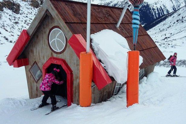 Przez domek Baby Jagi można przejechać na nartach, Galtür - ©Tomasz Wojciechowski