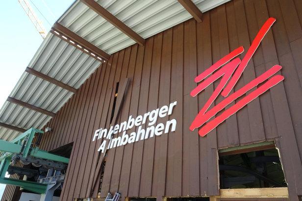 Das alte Gebäude der Finkenberger Almbahnen wird derzeit demontiert - ©BAUTAGEBUCH FINKENBERGER ALMBAHNEN I
