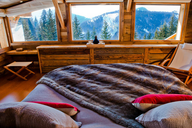 Chambre avec vue sur les sommets enneigés de La Clusaz - ©OT La Clusaz