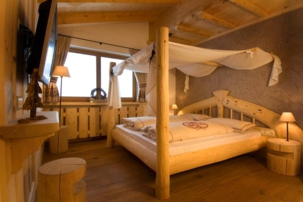 Chunky wood furnishings in Almhotel Piz Seteur, Val Gardena - ©Almhotel Piz Seteur