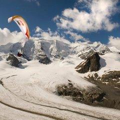 Survol des Alpes en parapente lors du RED BULL X-ALPS