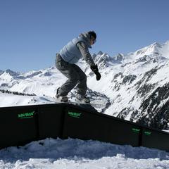 Snowboarder dans le snowpark d'Arrondaz - ©© Savoie Mont Blanc / Bayle