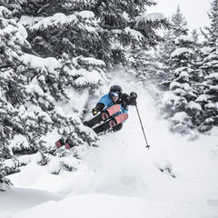 Ben Evely powdert in Lake Louise - ©Liam Doran