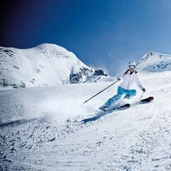 "Skiing on the Kitzsteinhorn - ©Glacier skiing fun already in autumn • 5 off-piste routes • 3 snow parks • ICE CAMP presented by Audi quattro with Ice Bar and sun deck • Gipfelwelt 3000 with two panoramic platforms • Fun Line and the up to 63-degree steep ""Black Mamba"" slope"