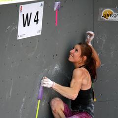 Mina Markovic beißt sich durch zum Top-Griff von Halbfinalboulder 4 - ©bergleben.de
