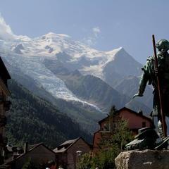 Denkmal in Chamonix: Balmat und Saussure blicken zum Mont Blanc Massiv - ©Winfried Stinn