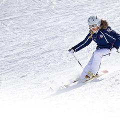 Skiester zoeft met helm op over de piste - ©www.sicher-im-schnee.de