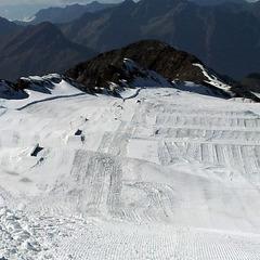 Trois semaines de préparation pour pouvoir accueillir les amateurs de glisse sur le glacier des 2 Alpes - ©Service des pistes des 2 Alpes