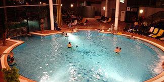 Z lyží rovno do bazéna
