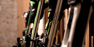 Materialpflege: So lagert ihr eure Skier über den Sommer richtig ein
