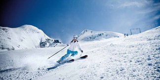 """Kitzsteinhorn: pure freedom on 3,000 metres ©Glacier skiing fun already in autumn • 5 off-piste routes • 3 snow parks • ICE CAMP presented by Audi quattro with Ice Bar and sun deck • Gipfelwelt 3000 with two panoramic platforms • Fun Line and the up to 63-degree steep """"Black Mamba"""" slope"""