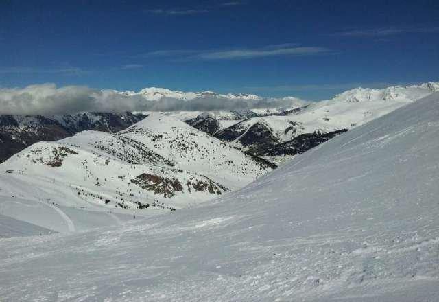 hoy viernes muy buen dia, sol. nieve buena en pistas pisadas. fuera pista costra y debajo blanda. merece la pena venir a disfrutar de la estacion