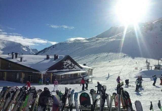 a tope de nieve y dia muy soleado y con temperatura baja q ha hecho que la nieve se mantubiese