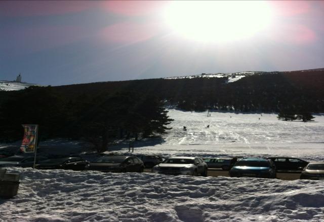 soleil, neige, belle journee en perspective.