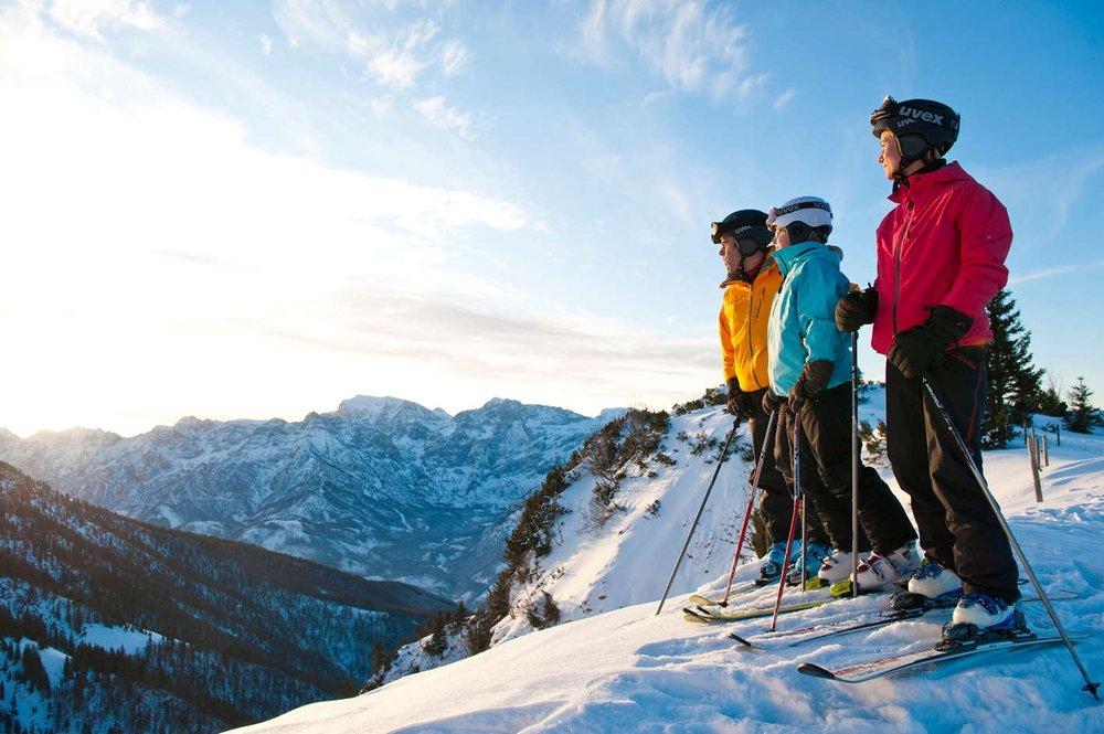 Sonnige Aussichten für Wintersportler im Skigebiet Kasberg in Grünau im Almtal im oberösterreichischen Salzkammergut.