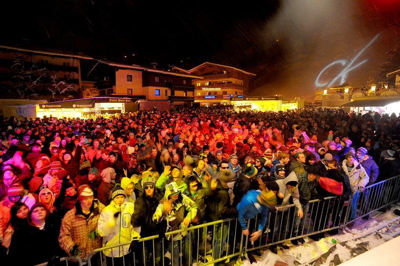 Seizoensopening in Saalbach-Hinterglemm: feest op het dorpsplein - © Rave on snow